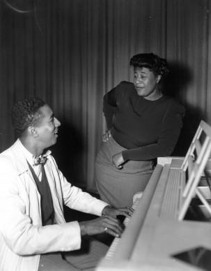 Ella Fitzgerald si esibisce accompagnata al piano, nel 1948 (Photo by Keystone/Getty Images)