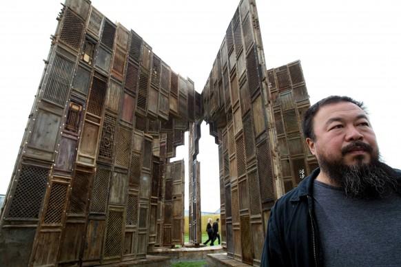 Ai Weiwei di fronte all'installazione Template, composta da serramenti di case distrutte risalenti alle dinastie Ming e Quing, presentata a Documenta 12 a Kassel, nel settembre 2007 (Photo by THOMAS LOHNES/AFP/Getty Images)