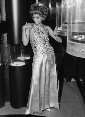 La modella nigeriana Marie Hallowi indossa un vestito firmato da Paco Rabanne, nel novembre del 1967 a Londra (Photo by Peter King/Fox Photos/Getty Images)