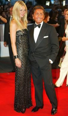 Gwyneth Paltrow e Valentino alla 59esima Mostra del Cinema di Venezia, nel 2002 (Photo by Pascal Le Segretain/Getty Images)
