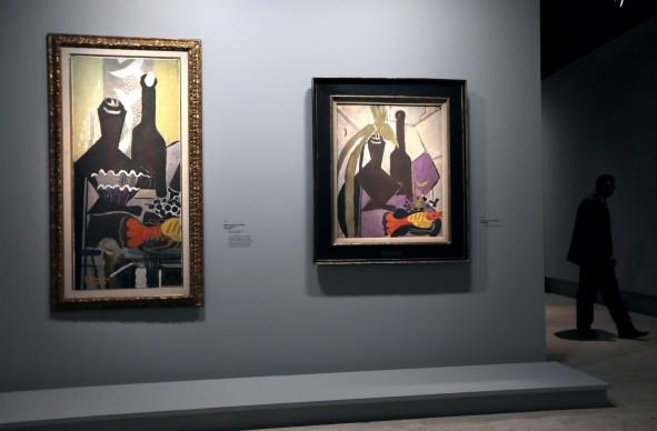 Georges Braque, Nature morte à la bouteille et à la langouste (a sinistra) e Nature morte à la langouste, mostra al Grand Palais di Parigi nel settembre del 2013 (Photo by Demarthon/AFP/Getty Images)