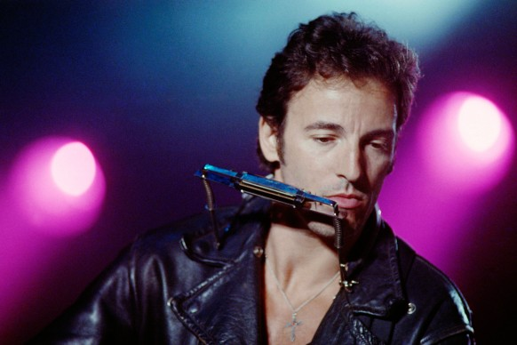 Bruce Springsteen in concerto a Parigi nel 1988 (Photo by GILLES LEIMDORFER/AFP/Getty Images)