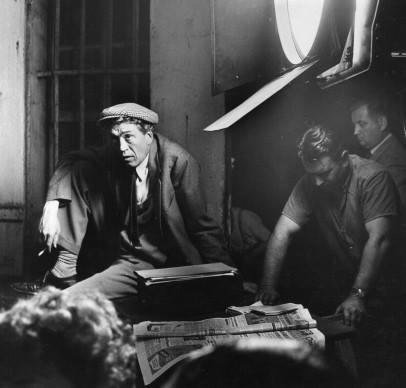 John Huston osserva i tecnici al lavoro sul set di Mouling Rouge, biopic dell'artista Henri de Toulouse-Lautrec (Photo by Hulton Archive/Getty Images)