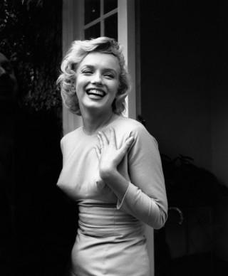 Marilyn Monroe fuori dalla sua casa a Englefield Green (Photo by Evening Standard/Getty Images)