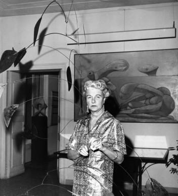 Peggy Guggenheim nella sua casa di Venezia. Appesa al soffitto, una scultura di Alexander Calder del 1941, mentre alle spalle della collezionista si vede un dipinto di Picasso del 1937 (Photo by Keystone/Getty Images)