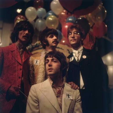I Beatles al completo posano per uno scatto all'interno degli studi di registrazione in Abbey Road  (Photo by BIPs/Getty Images)