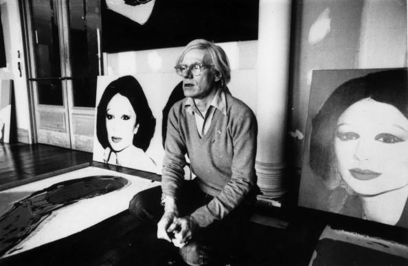 Andy Warhol a New York con la sua opera 'Princess Of Iran'.   (Photo by Graham Wood/Getty Images)