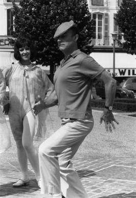 Gene Kelly intrattiene il cast di un film con un'imitazione (Photo by Reg Lancaster/Getty Images)