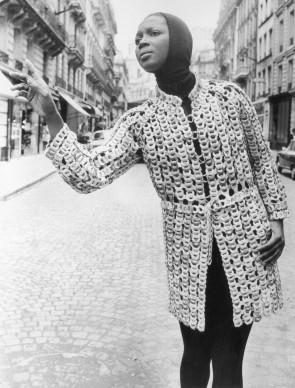 Un cappotto a maglia larga, firmato da Paco Rabanne (Photo by Central Press/Getty Images)