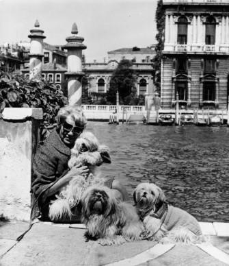 Peggy Guggenheim posa con i suoi cani all'esterno del Palazzo dove risiedeva a Venezia, affacciato sul Canal Grande (Photo by Keystone/Getty Images)