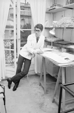Yves Saint Laurent al lavoro nella sua maison, a Parigi, nel 1965 (Photo by Reg Lancaster/Express/Getty Images)