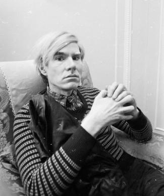 Andy Warhol nel 1971 al Ritz Hotel di Londra, per promuovere il film 'Trash' da lui prodotto (Photo by Powell/Express/Getty Images)