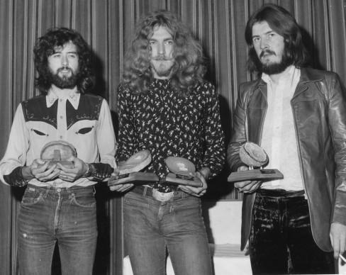 I Led Zeppelin premiati al Melody Maker Pop Poll di Londra, nel 1970 (Photo by Roger Jackson/Central Press/Getty Images)