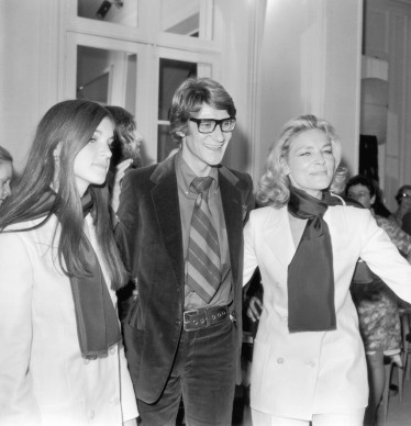 Yves Saint Laurent posa con l'attrice statunitense Lauren Bacall e sua figlia Leslie (Photo by Keystone/Getty Images)
