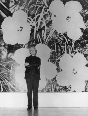 Andy Warhol davanti a uno dei lavori della serie Flowers, nel 1973 (Photo by Evening Standard/Getty Images)