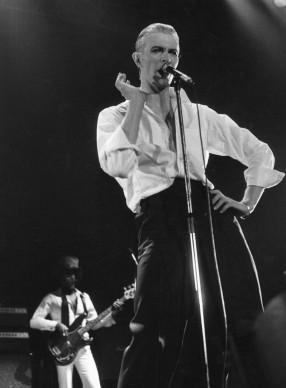 David Bowie live al Wembley Stadium nel maggio del 1976 (Photo by Evening Standard/Getty Images)
