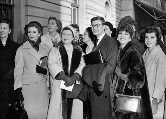 Sain Laurent e le sue modelle alla Victoria Station di Londra, nel 1958 (Photo by Central Press/Getty Images)