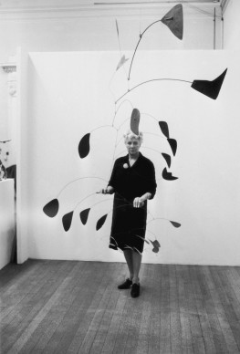 Peggy Guggenheim posa vicino a una scultura di Alexander Calder alla Tate Gallery di Londra, nel 1964 (Photo by Norman Potter/Express/Getty Images)