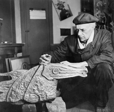 Georges Braque ritratto con una delle sue sculture (Photo by AFP/AFP/Getty Images)