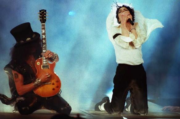Michael Jackson e Slash dei Guns N' Roses in apertura degli MTV Video Music Awards nel 1995 (Photo DON EMMERT/AFP/Getty Images)