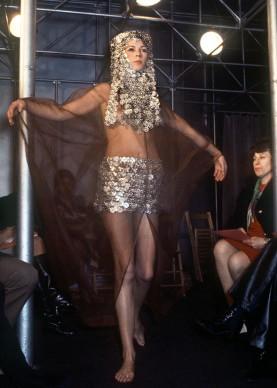Sfilata a Parigi di Paco Rabanne nel 1970, Collezione Primavera/Estate alta moda (Photo STAFF/AFP/Getty Images)
