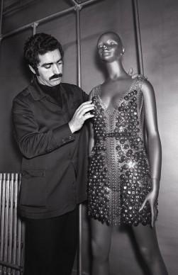 Paco Rabanne dà gli ultimi ritocchi a un vestito nel suo atelier di Parigi, nel 1970 (Photo STAFF/AFP/Getty Images)