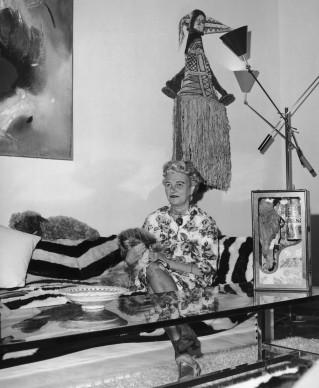 Peggy Guggenheim nella sua residenza a Venezia - il settecentesco Palazzo Venier dei Leoni - nel 1964. In primo piano, sul tavolo, un'opera di Joseph Cornell (Photo by Keystone Features/Hulton Archive/Getty Images)