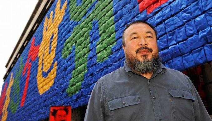Ai Weiwei posa di fronte all'installazione Remembering, presso la Haus der Kunst di Monaco, nell'ottobre del 2009 (Photo by JOERG KOCH/AFP/Getty Images)