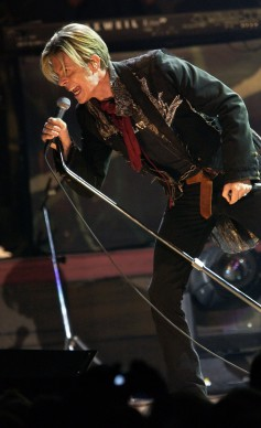 David Bowie live nel 2003 a Parigi (Photo credit should read BERTRAND GUAY/AFP/Getty Images)