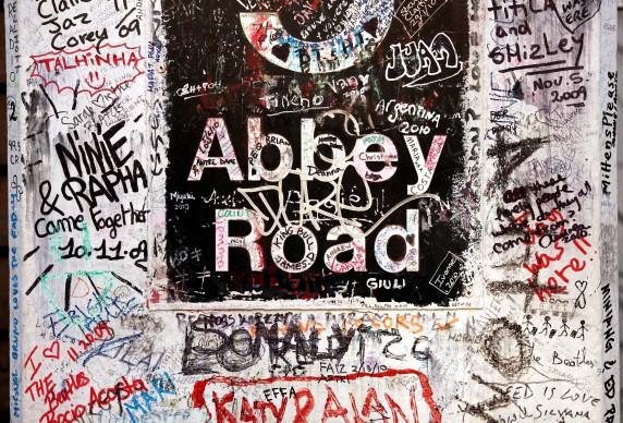 Messaggi di tributo da parte dei fan scritti proprio all'ingresso degli studi di registrazione in Abbey Road  (Photo by Oli Scarff/Getty Images)