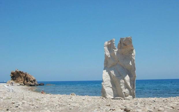 Giacomo Rizzo, Respiro, 2015 resina 300×200 opera ambientata sulla spiaggia di Castel di Tusa