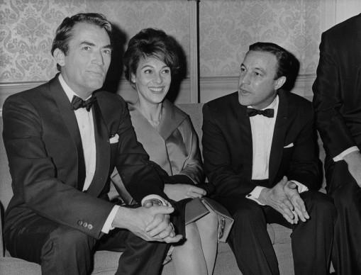 Gregory Peck, sua moglie Veronique e Gene Kelly all'Astoria di Londra, nel 1960  (Photo by Evening Standard/Getty Images)