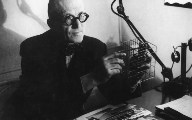 Le Corbusier in una dimostrazione del suo metodo di progettazione (Photo by Felix Man/Getty Images)