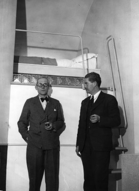 Le Corbusier nell'appartamento di Wells Cortes (Photo by Topical Press Agency/Getty Images)
