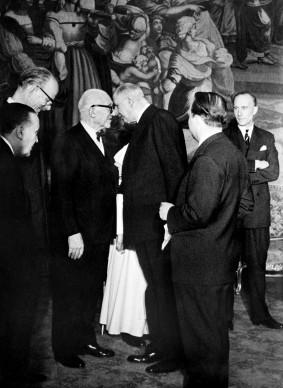 Il Presidente francese Charles de Gaulle e Le Corbusier, appena insignito della Legione d'Onore, nel 1952 (Photo by AFP/Getty Images)