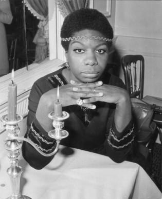 Nina Simone in un momento di pausa all'Hanover Grand di Londra (Photo by Ian Showell/Getty Images)