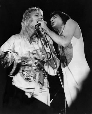 Roger Taylor e Freddie Mercury dei Queen live all'Hyde Park di Londra, nel settembre del 1976 (Photo by Keystone Features/Getty Images)