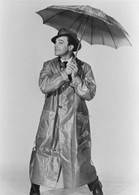 Gene Kelly posa per una foto di scena del musical 'Cantando sotto la pioggia' (Photo by AFP/AFP/Getty Images)