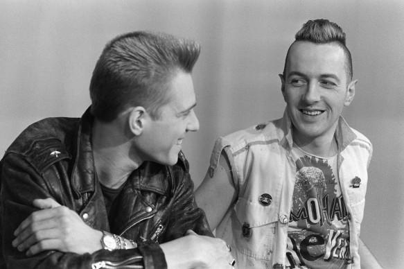 Paul Simonon e Joe Strummer dei Clash nel febbraio del 1984, nel corso di un'intervista a Parigi (Photo by STR/AFP/Getty Images)