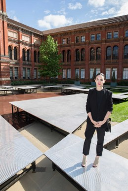 Frida Escobedo, You know you cannot see yourself so well as by reflection, Summer Pavilion all'interno del John Madejski Garden, Victoria and Albert Museum, Londra