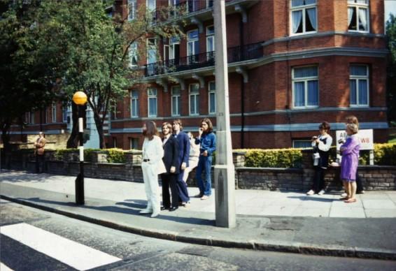 I Beatles sul set del famoso scatto per la cover dell'album Abbey Road