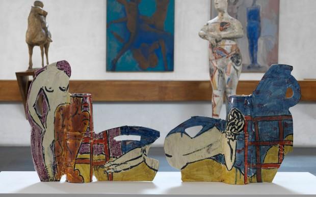 Betty-Woodman,-Posing-with-Vases-at-the-Beach-2008-Museo-Marino-Marini-ph-Dario-Lasagni
