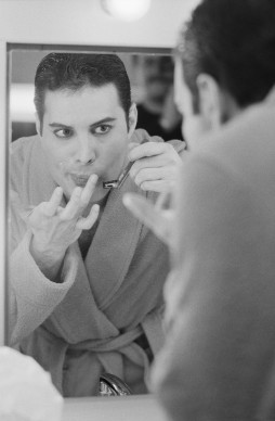 Freddie Mercury in camerino nell'aprile del 1984 (Photo by Steve Wood/Express/Getty Images)