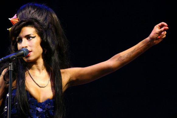 Amy Winehouse live al Glastonbury Festival, nel 2008 (Photo by BEN STANSALL/AFP/Getty Images)