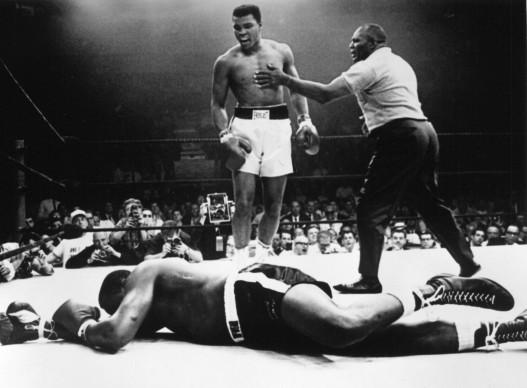 Muhammad Ali, conosciuto anche come Cassius Clay, guarda allo sconfitto Sonny Liston nel maggio del 1965 (Photo by Allsport Hulton/Archive)
