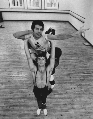 Freddie Mercury a lezione di balletto con gli altri membri dei Queen, nell'ottobre del 1979 a Covent Garden, Londra (Photo by Colin Davey/Evening Standard/Getty Images)