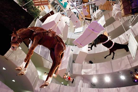 Installazione di Maurizio Cattelan nel novembre del 2011 per il gala internazionale del Guggenheim Museum di New York (Photo by Cindy Ord/Getty Images)