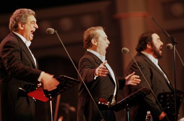 Placido Domingo, Jose Carreras e Luciano Pavarotti live durante il concerto dei Tre Tenori a Seoul, nel 2001 (Photo by Chung Sung-Jun/Getty Images)