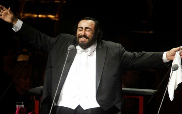 Luciano Pavarotti in un concerto a Doha, nel Qatar, nel 2003 (Photo by KARIM JAAFAR/AFP/Getty Images)