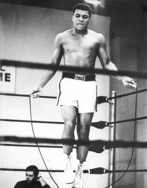 Muhammad Ali, conosciuto anche come Cassius Clay, in una sessione di allenamento in Texas nel gennaio del 1967 (Photo by Central Press/Hulton Archive/Getty Images)